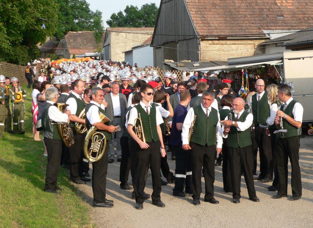 Der Ortsmusikverein beim Antreten zum Abmarsch zur Siegerehrung beim Bezirksfeuerwehrtag in Ameis