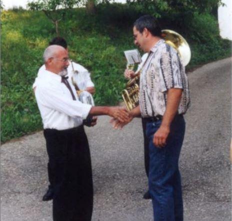 Altkapellmeister Gerhard Leisser gratuliert seinem Nachfolger zum 40er